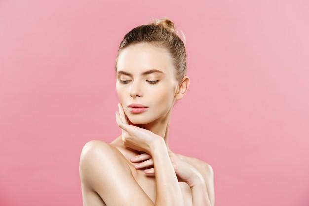 concepto-de-belleza-hermosa-mujer-con-piel-fresca-limpia-de-cerca-en-el-estudio-de-color-rosa-cara-del-cuidado-de-la-piel-cosmetologia_1258-1024
