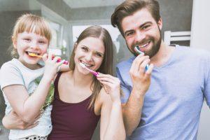 hermosa-familia-cepillarse-los-dientes-para-la-camara_23-2147807780