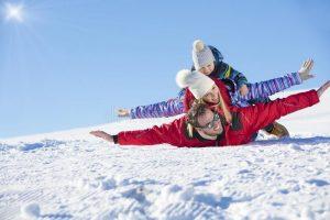 esquí-sol-y-diversión-familia-feliz-de-la-nieve-el-día-fiesta-del-102092478